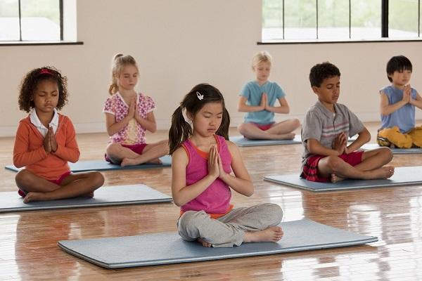 Yoga là bộ môn giúp đầu óc bé được thanh thản