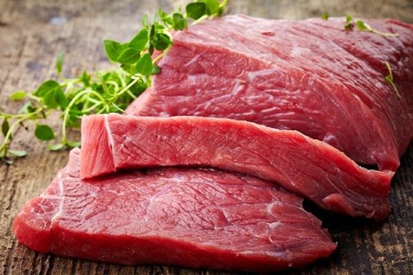 Thịt tươi khi để trong ngăn đá tủ lạnh không nên để nguyên khối lớn mà hãy cắt thành từng phần nhỏ hơn