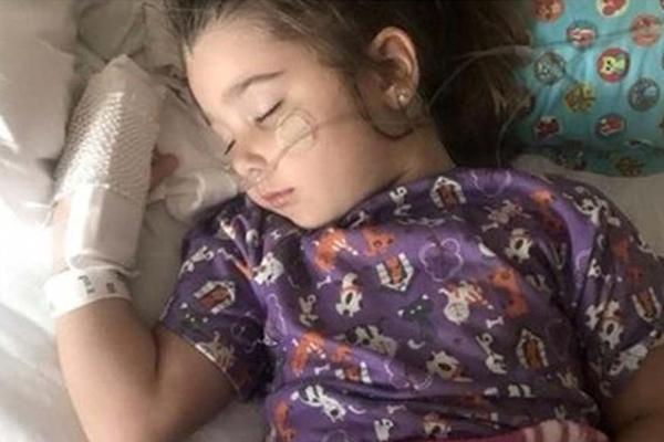 Elianna Grace đang phải cần sự trợ giúp từ máy thở tại Bệnh viện Tưởng niệm Sarasota (Mỹ) sau khi uống nước hồ bơi.