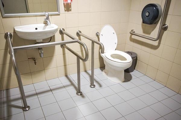 Nhà tắm nên có tay vịn phòng trơn trợt, té ngã