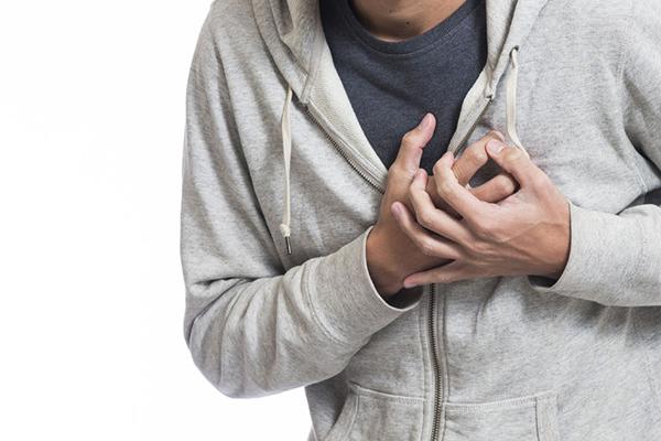Người bệnh nên được cấp cứu ngay nếu cảm thấy đau ngực.