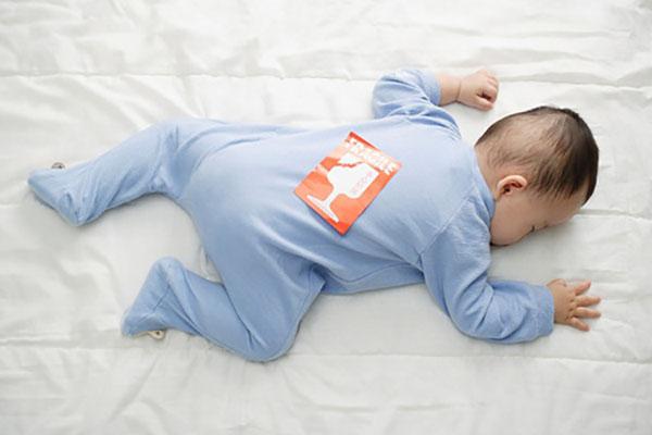 Nằm sấp có thể chặn đường thở của trẻ, dẫn đến hội chứng đột tử trẻ sơ sinh.