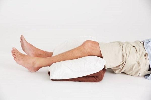 Nâng cao phần chi bị gãy xương một cách thích hợp giúp nạn nhân thoải mái hơn.