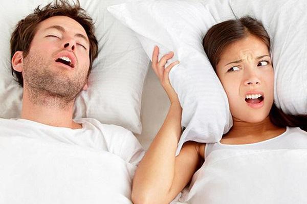Ngủ ngáy là nỗi ám ảnh của nhiều cặp vợ chồng.