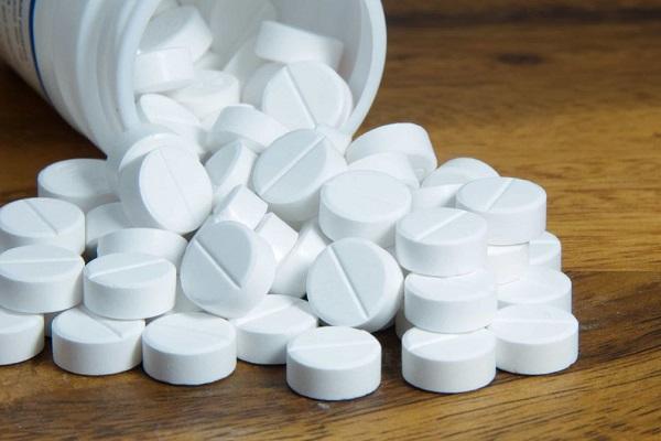 Tùy tiện uống thuốc giảm đau bụng kinh có thể làm tăng nguy cơ tổn thương gan (nếu dùng sai cách), viêm loét dạ dày