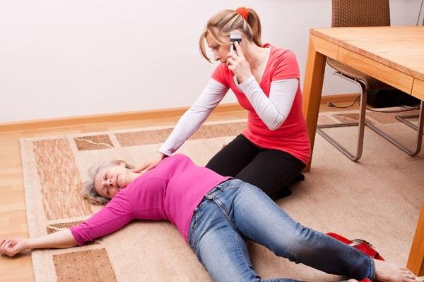 Khi phát hiện người bị tai biến mạch máu não cần khẩn trương gọi cấp cứu.