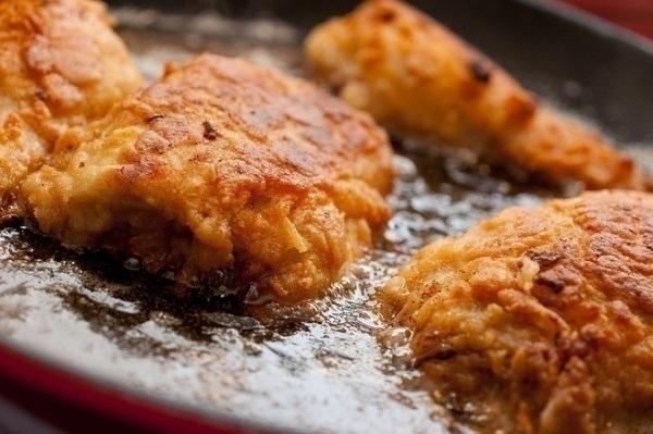 Các món chứa nhiều chất béo, dầu mỡ khiến tử cung co bóp mạnh, gây đau bụng nhiều hơn.