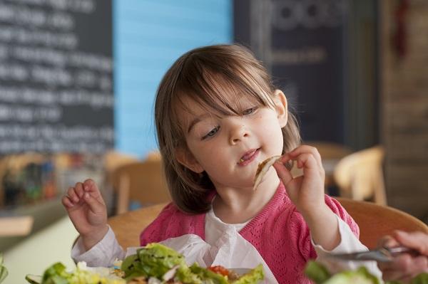 Mẹ nên tập cho trẻ thói quen ăn chậm, nhai kỹ.