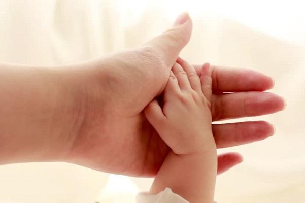 Viêm gan B có thể lây truyền từ mẹ sang con.