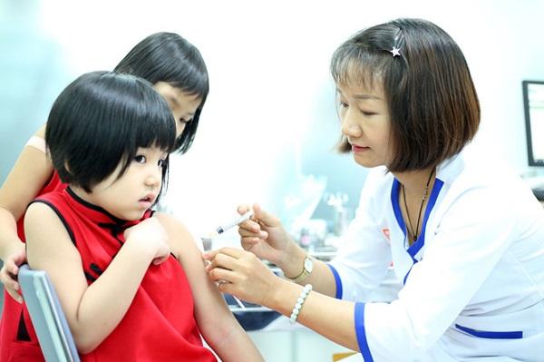 Tiêm vắc xin ngừa bệnh sởi cho trẻ