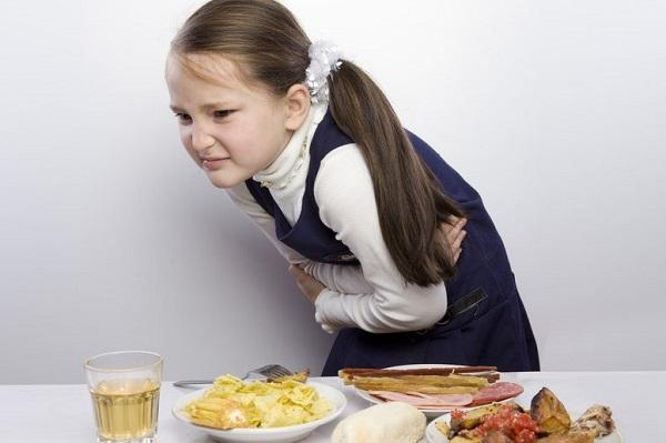 Đau bụng, buồn nôn, nôn ói là các dấu hiệu của ngộ độc thực phẩm