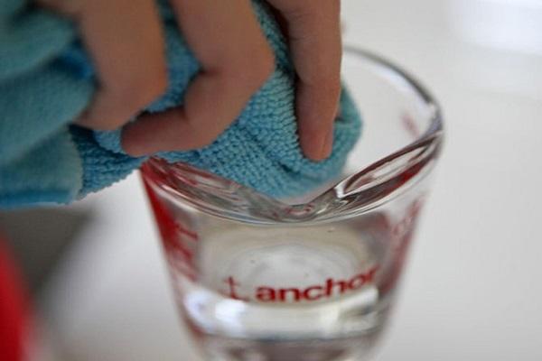 Khi bị chảy máu cam, bạn nên dùng khăn ẩm để thấm máu.