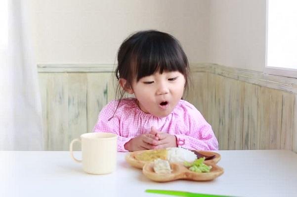 Để hạn chế tình trạng này, hãy yêu cầu trẻ nghiêm túc trong bữa ăn.