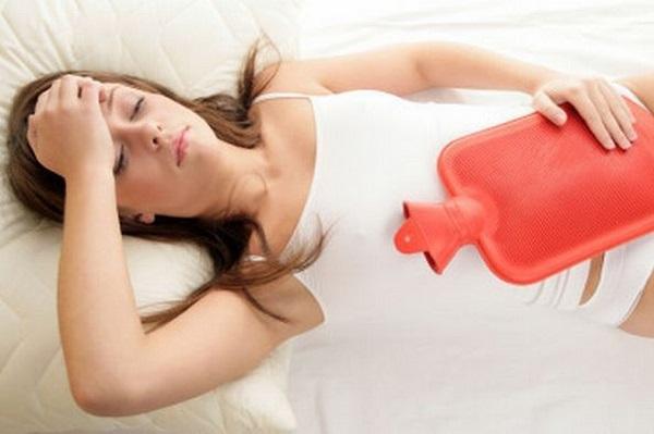 Chườm ấm lên vùng bụng giúp giảm đau bụng kinh