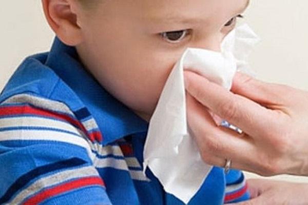Sau 2 giờ tính từ khi áp dụng cách trị chảy máu cam hoặc cấp cứu chảy máu cam, đừng cho bé ăn bất cứ thứ gì