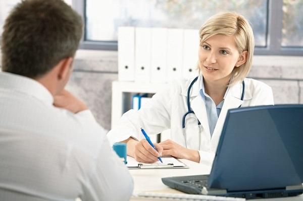 Tham vấn ý kiến bác sĩ khi biết mình bị phơi nhiễm HBV.