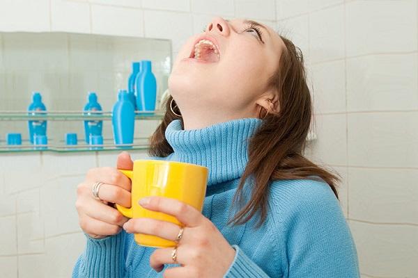 Nước muối giúp sạch đờm và diệt khuẩn.