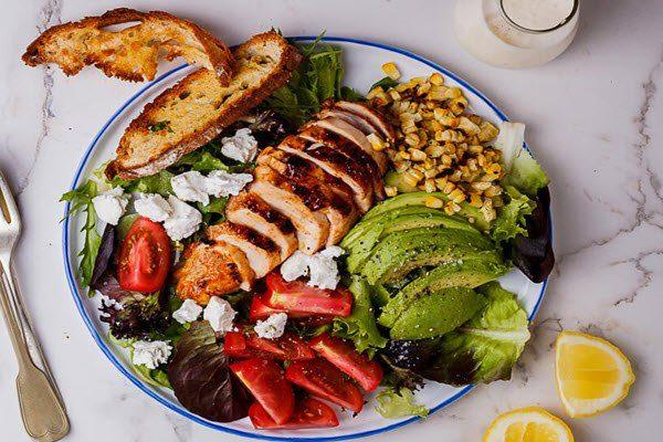 Bữa trưa ngon miệng với salad gà nướng.