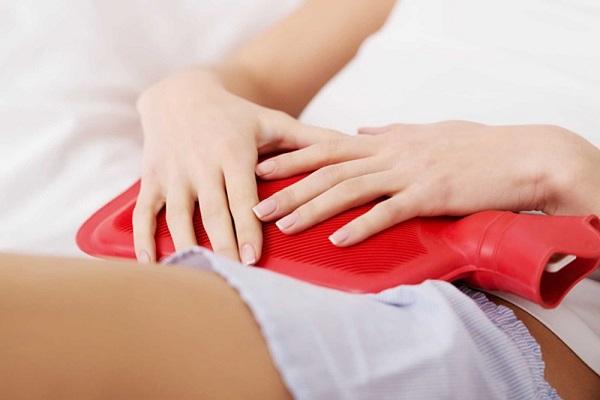Chườm nóng, một trong những cách giảm đau bụng kinh cổ điển.