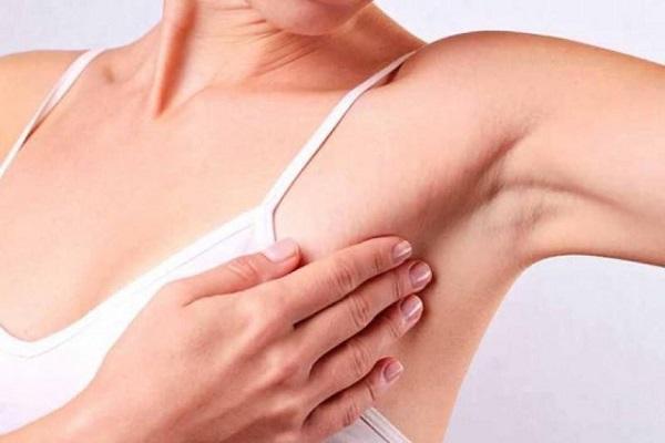 """Đừng """"bỏ quên"""" phần rìa ngực trên nách khi tự khám vú."""