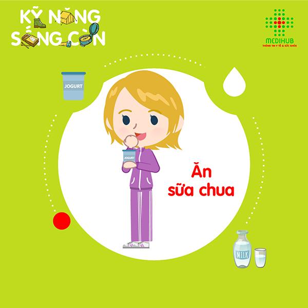 Ăn sữa chua cũng là một trong những cách chữa nhiệt miệng đơn giản nhưng rất hiệu quả. Các lợi khuẩn trong sữa chua sẽ giúp chữa lành vết nhiệt. Ngoài ra, sữa chua thường được bảo quản lạnh nên ăn lạnh cũng giúp giảm đau.