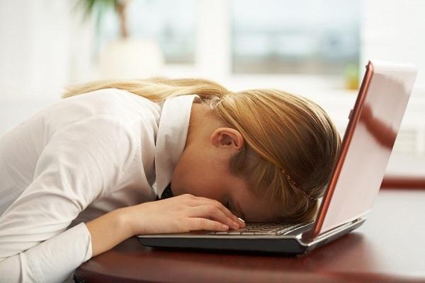 Làm việc sai tư thế là nguyên nhân gây thoát vị đĩa đệm thường gặp ở người trẻ.