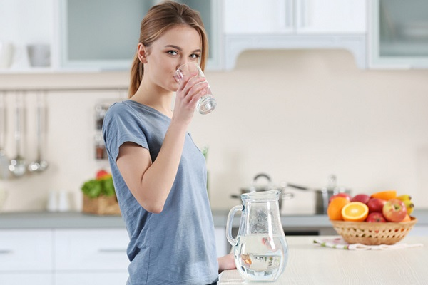 bổ sung nước giúp thanh lcọ cơ thể, giảm dị ứng sau sinh.
