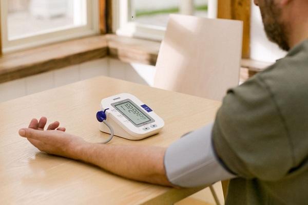 Kiểm tra huyết áp thường xuyên là một trong những cách phòng bệnh tai biến mạch máu não.
