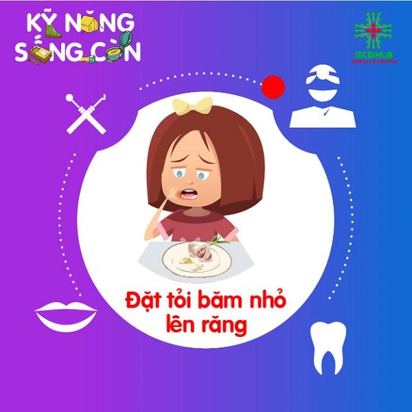 Tỏi băm nhỏ sẽ giúp giải phóng allicin, chất có tác dụng kháng viêm, từ đó giúp giảm đau răng. Nên áp dụng phương pháp này cho đến khi cơn đau răng được… kiểm soát.