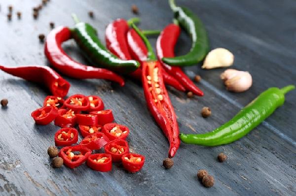 Tránh thức ăn và đồ uống nóng, có tính axit hoặc cay