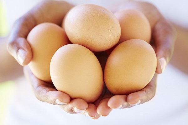 Hạn chế ăn trứng tái/sống để tránh ngộ độc thức ăn