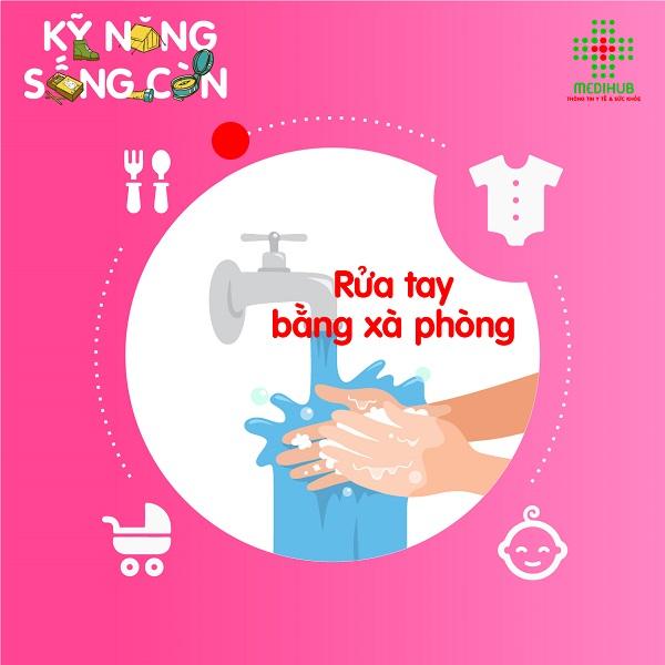 Trước khi chăm sóc rốn trẻ sơ sinh, mẹ cần rửa tay bằng xà phòng và sát trùng lại bằng cồn 90 độ để diệt khuẩn. Nên vệ sinh rốn trẻ 1 lần/ngày, sau khi bé vừa tắm xong nhé mẹ!