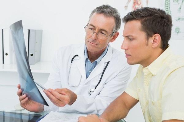 Đi khám bác sĩ khi có các dấu hiệu của viêm phổi để được chẩn đoán chính xác và điều trị phù hợp