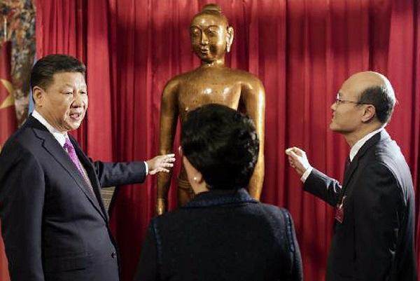 Chủ tịch Tập Cận Bình trong lần thăm trụ sở WHO tại Geneva năm 2017. Bức tượng đồng khắc huyệt đạo là món quà của ông nhằm quảng bá cho Đông y - Ảnh: WHO