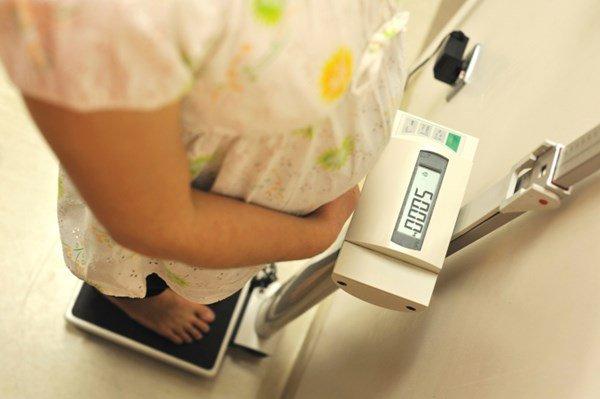 Tăng cân không đúng mức dễ khiến mẹ khi mang thai rơi vào tình trạng thừa cân hay béo phì