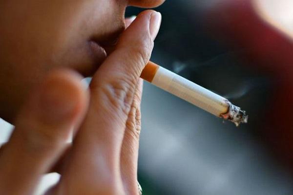 Khi hút thuốc sẽ gây tăng huyết áp đột ngột