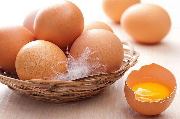 Axit béo choline, B12 và omega-3 có trong trứng, cá hồi,... là những dưỡng chất quan trọng trong 3 tháng đầu