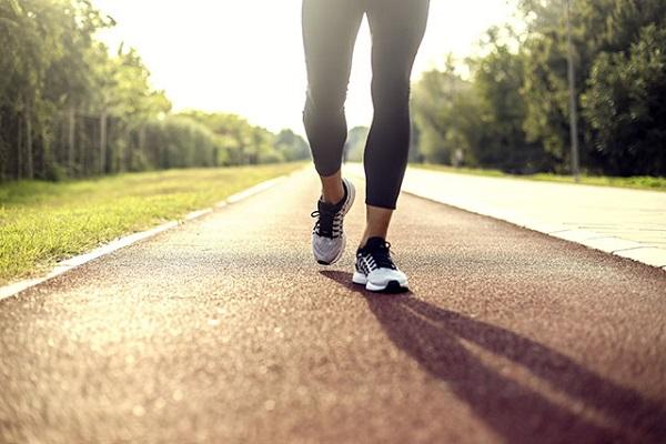 người bị đau thần kinh tọa nên dành khoảng 20 phút/ngày để đi bộ