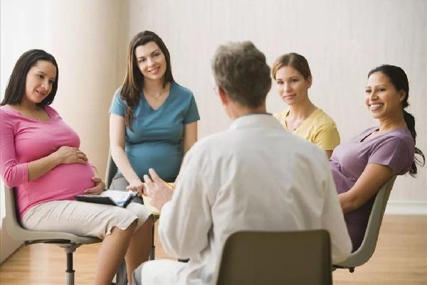 Trong thời gian mang thai, mẹ nên tìm kiếm và tham gia các lớp học tiền sản