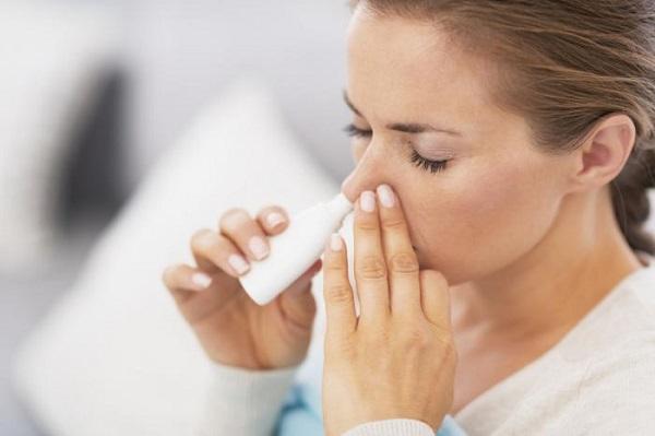 Sử dụng thuốc xịt mũi đúng quy định sẽ làm giảm triệu chứng viêm xoang nhức đầu.