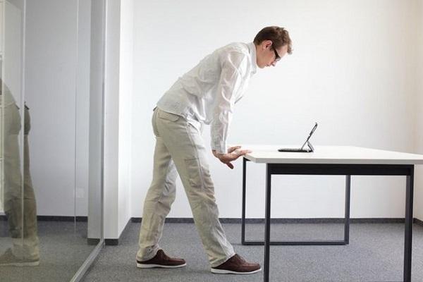 Người b5i thoát vị đĩa đệm không nên đứng hoặc ngồi quá lâu