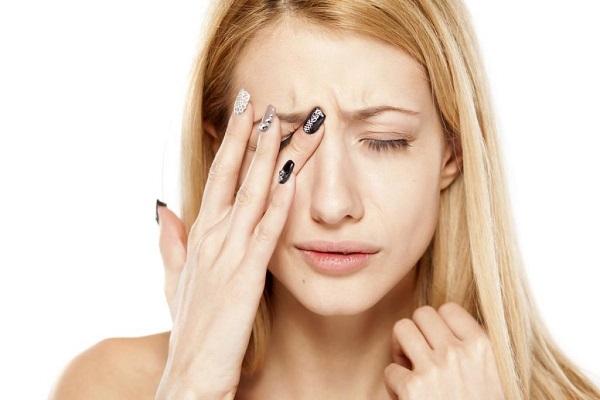 Khi bị đau mắt đỏ cần tránh chạm hoặc dụi mắt