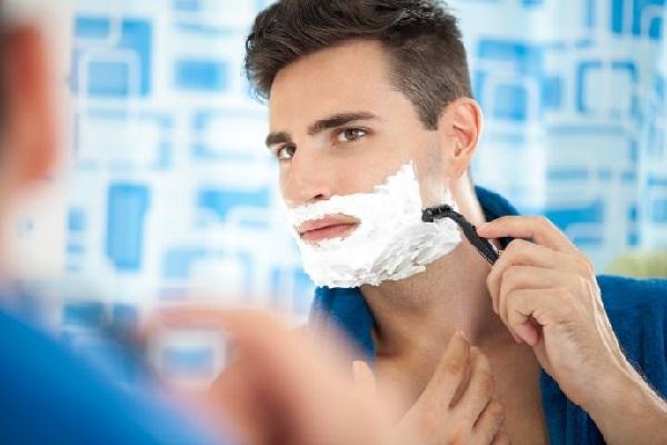Việc sử dụng dao cạo râu cũng có nguy cơ ảnh hưởng đến sức khỏe làn da