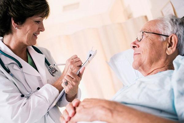 mức huyết áp phù hợp cho một người cao tuổi mà không bị mắc các tình trạng bệnh lý khác là 150/90 mmHg