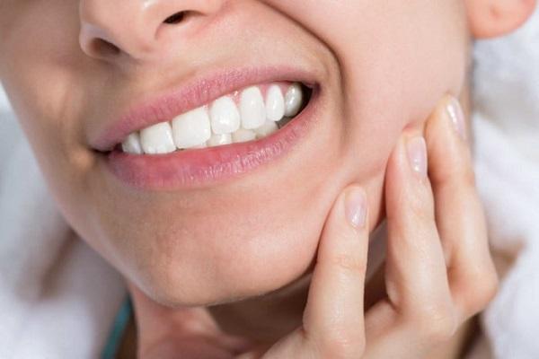 Đau khi mở miệng có thể xảy ra khi cơ bướm bị viêm