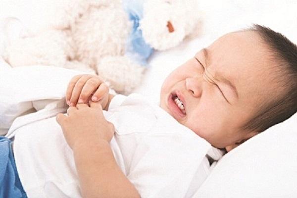 Lập tức đưa trẻ đến bệnh viện khi trẻ có những dấu hiệu mất nước