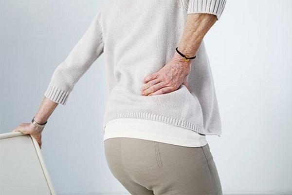 Thoát vị đĩa đệm ở đốt sống lưng (lumbar) có thể gây đau hông phải với miêu tả là cơn đau âm ỉ