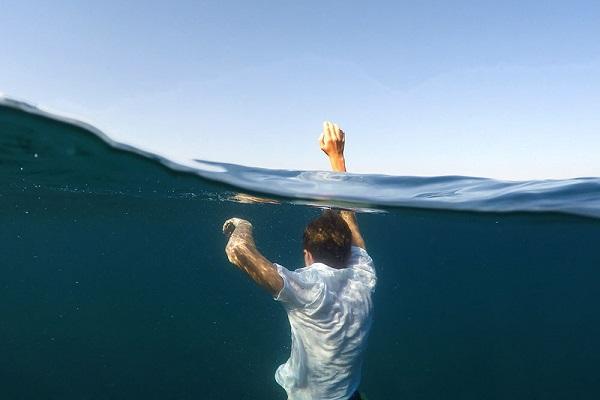 Không tự ý nhảy xuống cứu nạn nhân nếu không biết bơi hoặc không có kỹ năng cứu người đuối nước.