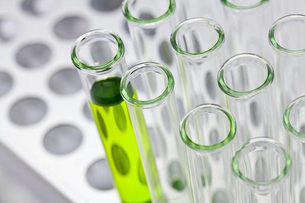 Nước tiểu màu xanh lá, xanh dương có thể do uống các thuốc có thành phần cimetidin, xanh methylen...