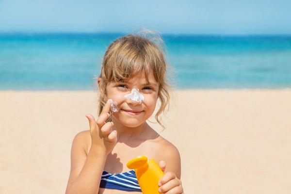 Tia UV vẫn hiện diện trong những lúc trời nhiều mây, do đó da vẫn cần sự bảo vệ từ kem chống nắng.